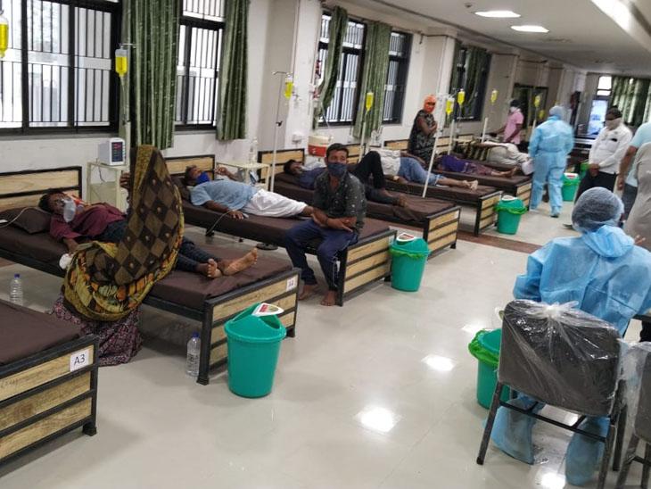 ધારપુર મેડિકલ હોસ્પિટલમાં દર્દીઓથી ભરાયેલો કોરોના વોડૅ. - Divya Bhaskar