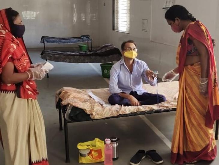 આશાવર્કર બહેનો દર્દીઓનું ઓક્સિજન લેવલ તપાસે છે - Divya Bhaskar
