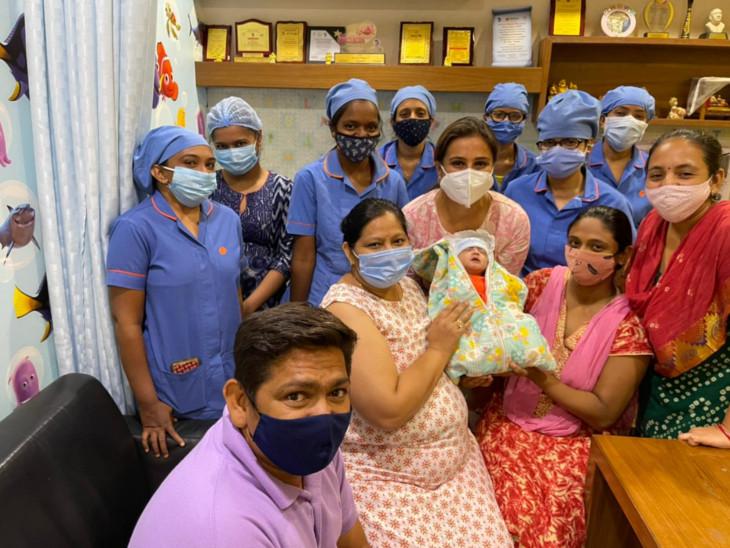 સારવાર કરીને નવજીવન આપનાર સ્ટાફ સાથે બાળક - Divya Bhaskar