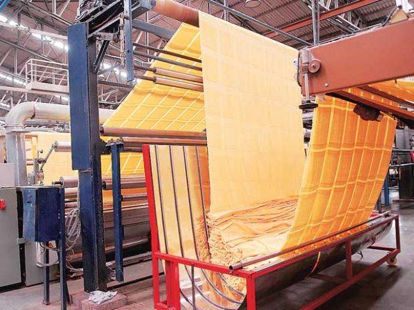 રાજ્યોમાં લૉકડાઉનથી કાપડની માગ ઘટી, કંપનીઓ ક્ષમતા કરતાં અડધું ઉત્પાદન કરી રહી છે બિઝનેસ,Business - Divya Bhaskar