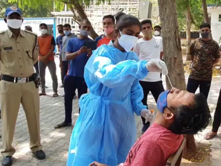 સુરતમાં કોરોના સંક્રમણને લઈને પાલિકાની ટીમે પોલીસ કર્મીઓના રેપિડ ટેસ્ટ કર્યા|સુરત,Surat - Divya Bhaskar