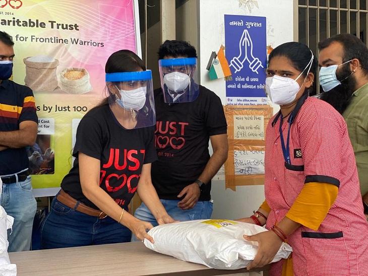 રાશનની કીટ આપતી સંસ્થાના સભ્ય� - Divya Bhaskar