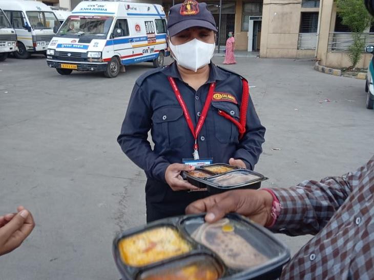 હોસ્પિટલના સિક્યોરિટી ગાર્ડને ભોજન આપતા દંપતી