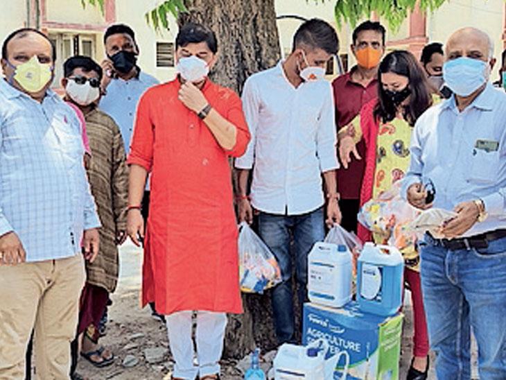 દર્દીઓને ફળ તેમજ અન્ય સામગ્રીનું વિતરણ કરાયું. - Divya Bhaskar