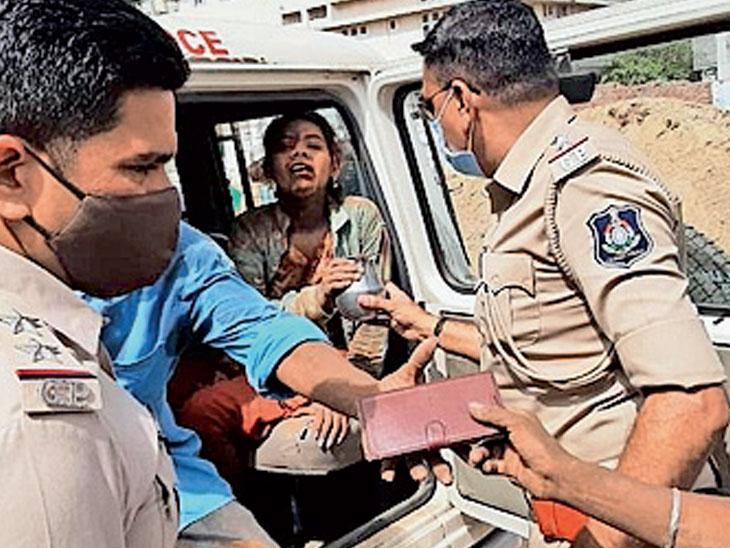 બંન્ને ઈજાગ્રસ્ત મહિલાઓને પોલીસ વાનમાં સારવાર અર્થે ખસેડ્યા - Divya Bhaskar