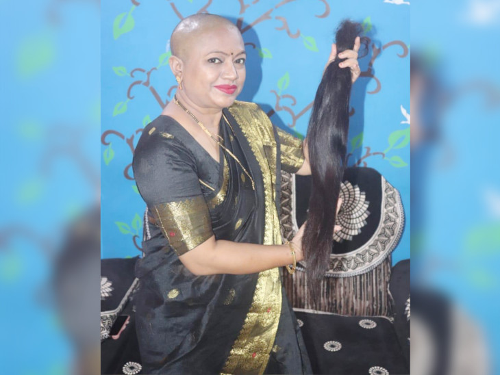 વાળ દાન કરનારી 35 વર્ષીય પરિણીતા અને 8 વર્ષની પુત્રીની માતા ડિમ્પલ મકવાણાની તસવીર - Divya Bhaskar