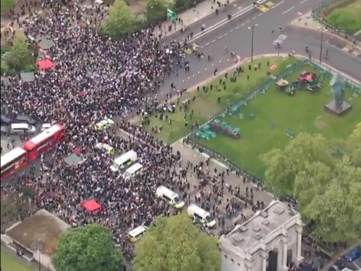 પેલેસ્ટાઈનના સમર્થનમાં લંડનના માર્ગ પર હજારો લોકો એકઠા થયા હતા