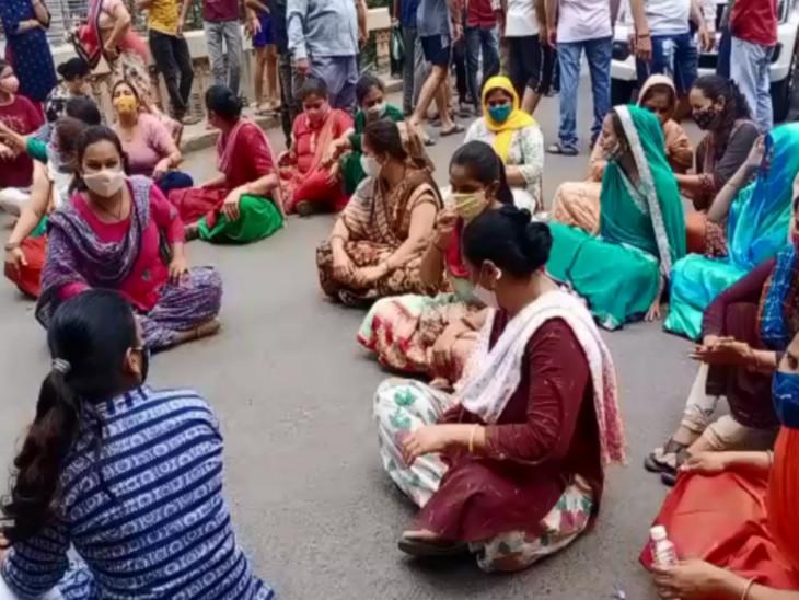 સુરતના પુણામાં ખાડી ઉપરનો બ્રિજ તોડવાના મુદ્દે કોર્પોરેશનના અધિકારીઓ અને સ્થાનિક લોકો આમને સામને, મહિલાઓ રસ્તા પર ઉતરી|સુરત,Surat - Divya Bhaskar