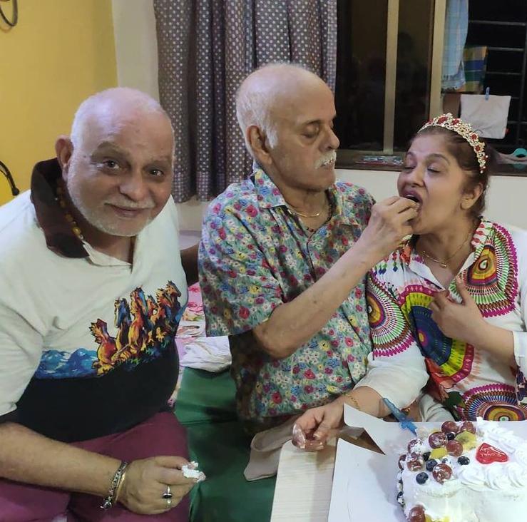 પિતાના હાથે કેક ખાતી સુધા, સાથે પતિ રાજીવ