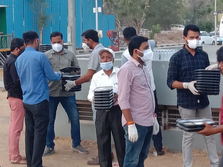 10 દિવસથી યુથ કોંગ્રેસ અમદાવાદની 1200 બેડની કોવિડ હોસ્પિટલમાં ભોજન-પાણી સહિતની વ્યવસ્થા પૂરી પાડે છે|અમદાવાદ,Ahmedabad - Divya Bhaskar