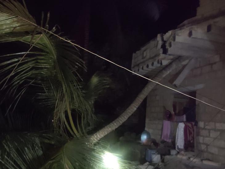 જૂનાગઢના ચોરવાડમાં નારીયેળનું ઝાડ પડતાં 2 માળનું મકાન ધરાશાયી