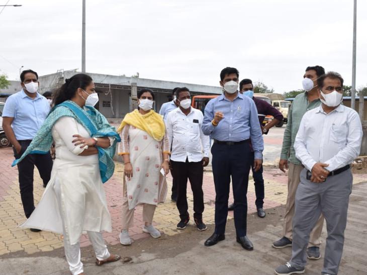 સુરતના મેયર અને મ્યુ.કમિશનરે દરિયાઇપટ્ટીના ગામોની મુલાકાત લીધી, લોકોને સલામત સ્થળે ખસી જવા સૂચના આપી સુરત,Surat - Divya Bhaskar
