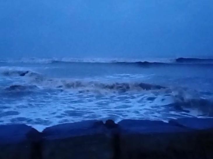 સુરતમાં વાવાઝોડાથી વરસાદ, દરિયામાં કરંટ જોવા મળ્યો, કાલે બપોરે એક વાગ્યા સુધી એરપોર્ટ બંધ|સુરત,Surat - Divya Bhaskar