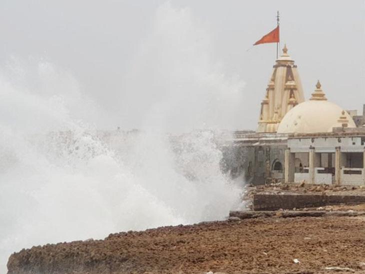 તાઉ-તે વાવાઝોડું આજે ગુજરાત પહોંચશે, કાલે મહુવા કાંઠે લેન્ડફૉલ થશે. વાવાઝોડું અતિપ્રચંડ બનતાં ગુજરાતમાં ઓરેન્જ અલર્ટ, આજે 175 કિલોમીટરની ઝડપે ટકરાશે