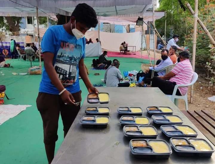 જૈન અને સ્વામિનારાયણ સંપ્રદાયને અનુકૂળ આવે તે રીતે ભોજન અપાય છે.