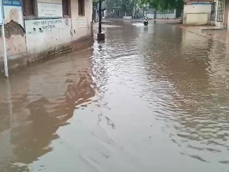 ઉનાથી પ્રવેશેલા તાઉ-તે વાવાઝોડાએ 24 કલાક ગુજરાતને બાનમાં લીધું, રાજ્યમાં 17નાં મોત, 2 લાખ વૃક્ષ, 25% વીજપોલ ધરાશાયી|ગાંધીનગર,Gandhinagar - Divya Bhaskar