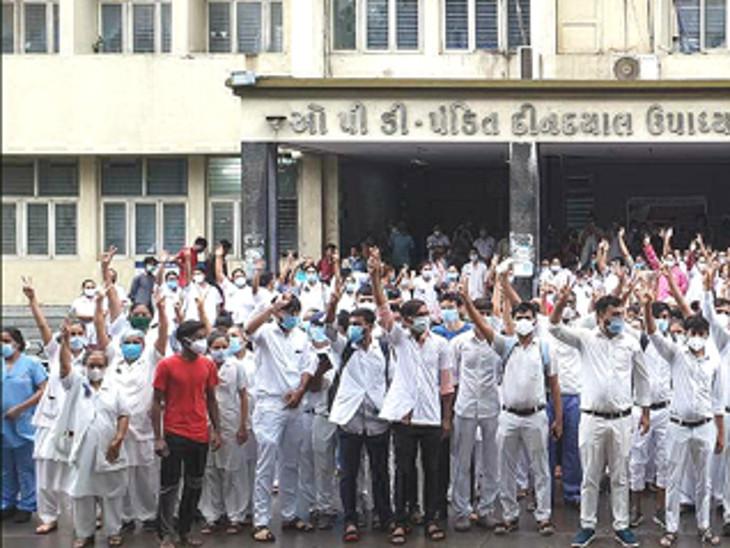 રાજકોટ સિવિલની 500 નર્સ અને 450 સ્ટુડન્ટ હડતાળ પર ઉતર્યા, ફરજ છોડી ઘરે જતા રહ્યાં, નર્સિંગ એકતા જીંદાબાદના સુત્રોચ્ચાર કર્યા રાજકોટ,Rajkot - Divya Bhaskar