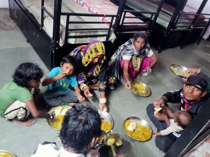 અમદાવાદના વટવામાં મજુરો માટે તથા ગીતા મંદિર એસ,ટી સ્ટેન્ડ પર ફસાયેલા 300 મુસાફરોને જમવા માટે ખીચડીની વ્યવસ્થા કરાઈ|અમદાવાદ,Ahmedabad - Divya Bhaskar