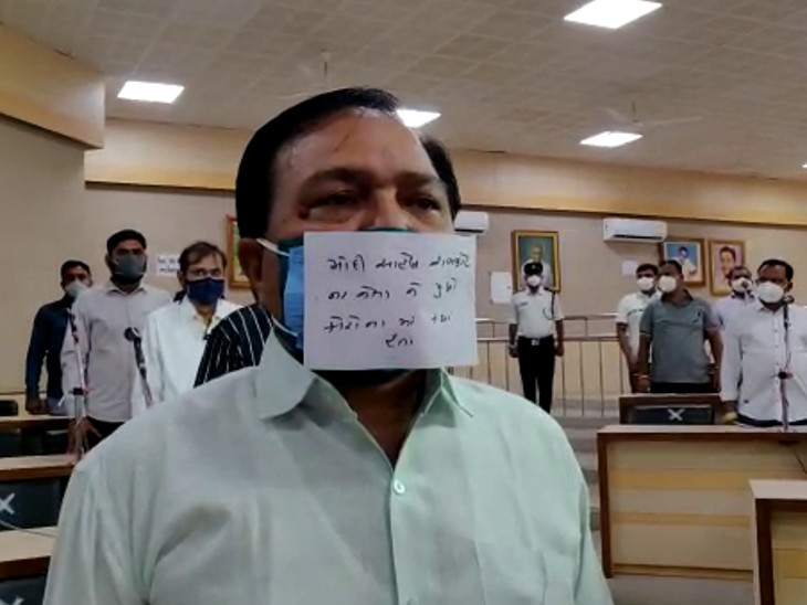 વિપક્ષનો અનોખો વિરોધ, માસ્ક પર લખ્યું 'મોદી સાહેબ રાજકોટના નેતાઓને પૂછો કોરોના સમયે ક્યાં હતા' રાજકોટ,Rajkot - Divya Bhaskar