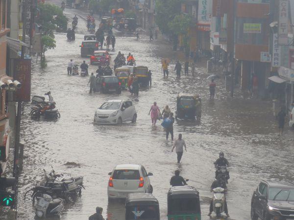 ગુજરાતમાં વાવાઝોડાથી 45 લોકોનાં મોત, 80 હજાર વીજપોલ ધરાશાયી, 9 હજારથી વધુ ગામોને અસર પહોંચી અમદાવાદ,Ahmedabad - Divya Bhaskar