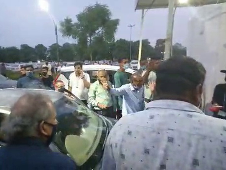 અમદાવાદ એરપોર્ટ પર ફ્લાઇટો બંધ હોવા છતાં પાર્કિંગ ચાર્જ લેવાતાં પેસેન્જર્સનો હોબાળો|અમદાવાદ,Ahmedabad - Divya Bhaskar