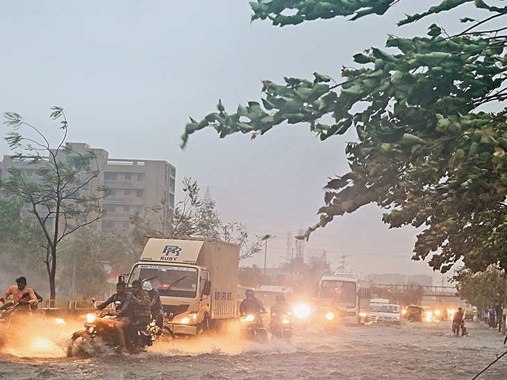 અમદાવાદ શહેરમાં 23 વર્ષ પછી વાવાઝોડું, મેમાં ઈતિહાસનો સૌથી વધુ 6 ઇંચ વરસાદ, 40થી 80 કિમીની પ્રચંડ ઝડપે પવન ફૂંકાયો|અમદાવાદ,Ahmedabad - Divya Bhaskar