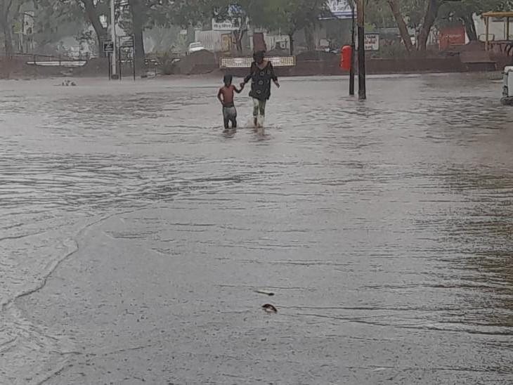 24 કલાકમાં ગુજરાતના 206 તાલુકામાં ભારે પવન સાથે મેઘમહેર તો 20 તાલુકામાં મેઘકહેર, 7-8 ઇંચ વરસાદથી વિસ્તારોમાં પાણી જ પાણી અમદાવાદ,Ahmedabad - Divya Bhaskar