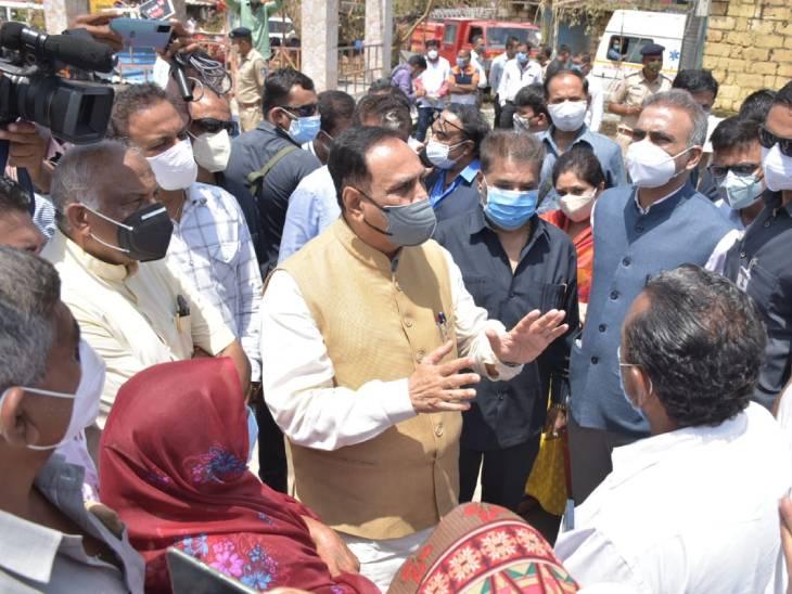 મુખ્યમંત્રી વિજય રૂપાણીએ વાવાઝોડાથી અસરગ્રસ્ત વિસ્તારોની મુલાકાત લઈને લોકો સાથે ચર્ચા કરીને ગામની સ્થિતિનો ક્યાસ મેળવ્યો|અમદાવાદ,Ahmedabad - Divya Bhaskar