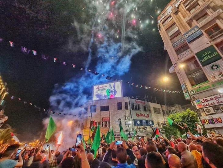 ગાઝામાં હજારો લોકોએ ઢોલ-નગારાં વગાડીને ઉજવણી કરી, વેસ્ટ બેન્કમાં પેલેસ્ટાઇનના લોકોએ આતશબાજી કરી વર્લ્ડ,International - Divya Bhaskar