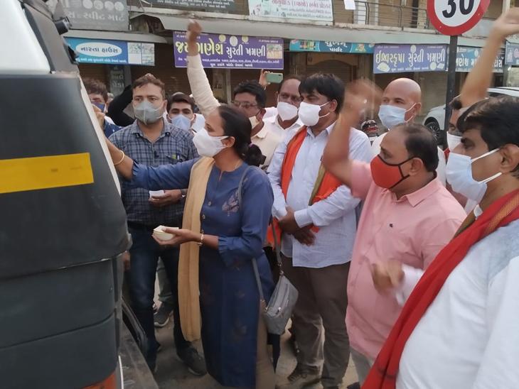 ઉત્તર ગુજરાત યુનિવર્સિટી ખાતે ઓક્સિજન પ્લાન્ટ માટેનું લિક્વિડ ટેન્કર આવી પહોંચ્યું પાટણ,Patan - Divya Bhaskar