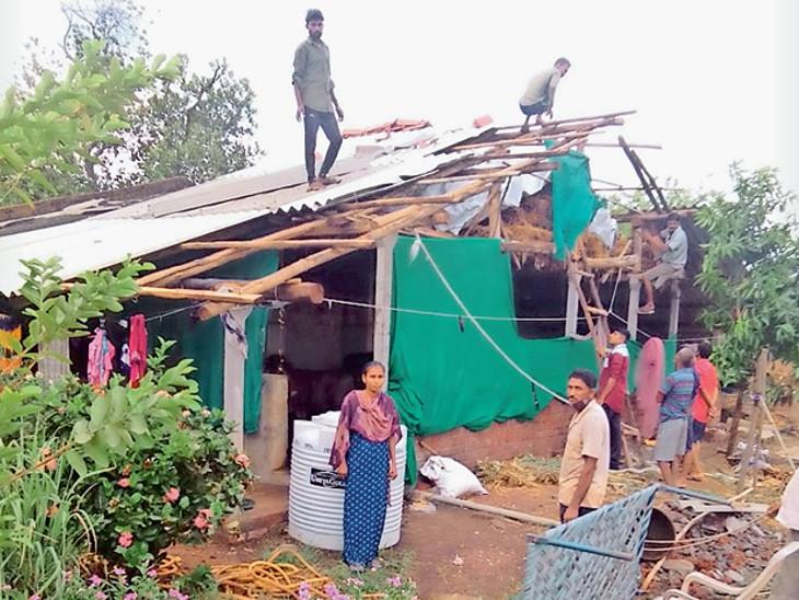 કેટલાય લોકોના ઘરની છત વાવાઝોડાને કારણે તૂટી ગઈ હતી - ફાઇલ તસવીર