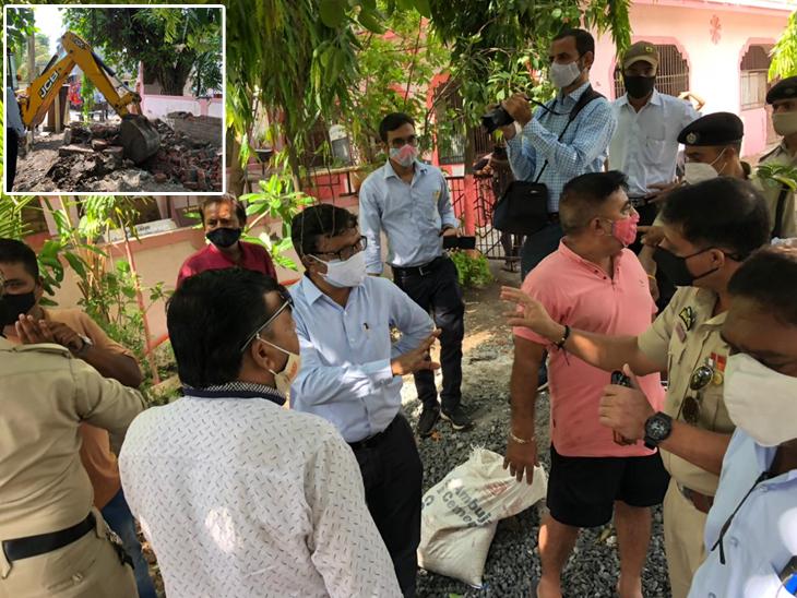 સ્થાનિકો દ્વારા ડિમોલીશનનો વિરોધ કરાતા પાલિકાના અધિકારીઓએ લોકોને સમજાવી કામ પૂર્ણ કર્યું હતું. - Divya Bhaskar