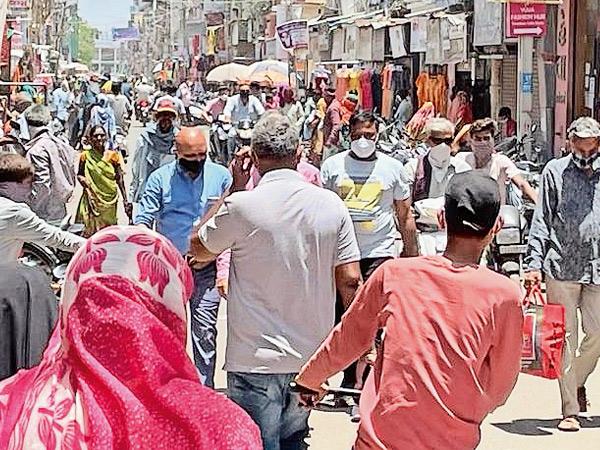 સુરેન્દ્રનગર જિલ્લામાં 24 દિવસ બાદ બજારો ખૂલતાં સોશિયલ ડિસ્ટન્સ ભુલાયું સુરેન્દ્રનગર,Surendranagar - Divya Bhaskar