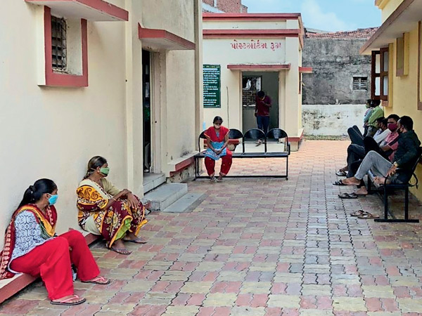 ઓલપાડના સાંધીએર PHCમાં પુરતી સગવડ છતાં પોસ્ટમોર્ટમ રૂમમાં થઇ રહ્યું છે કોવીડ ટેસ્ટીંગ, લોકોને બહાર બેસવાની નોબત|ઓલપાડ,Olpad - Divya Bhaskar