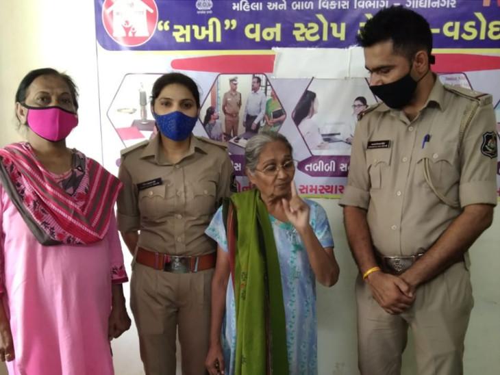 વડોદરાના ફતેગંજ વિસ્તારમાં નિઃસહાય બનેલા વૃદ્ધાની  શી ટીમે મદદ કરી - Divya Bhaskar