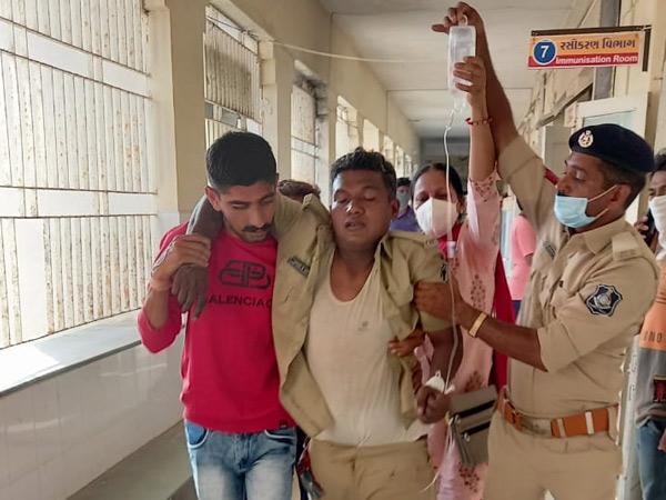 ઉના તાલુકામાં DGPની મુલાકાતનાં એક કલાક બાદ નવાબંદરમાં તોફાન, પોલીસનું હવામાં ફાયરિંગ; ASP સહિત 4 પોલીસ ઘાયલ|ઉના,Una - Divya Bhaskar