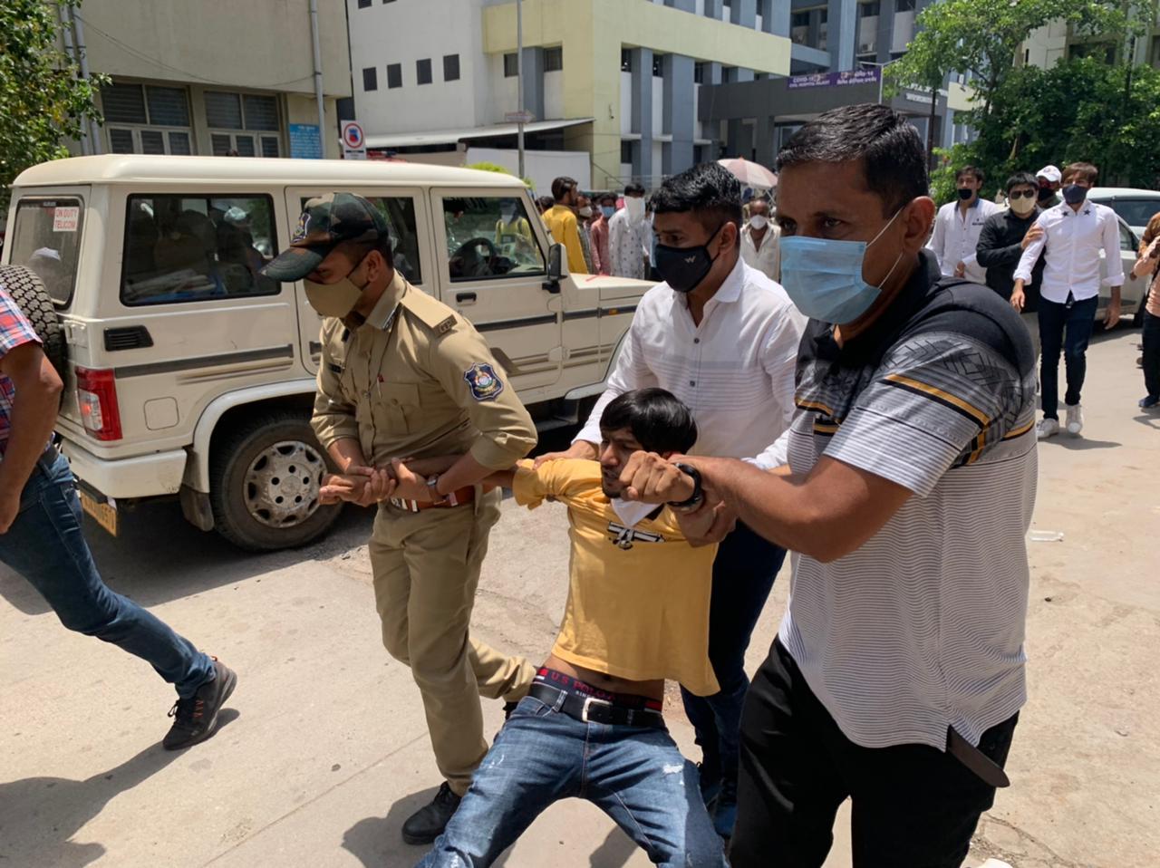 રાજકોટમાં નર્સિંગના વિદ્યાર્થીઓની ન્યાયની માંગ, કહ્યું - 22 હજાર પગાર આપવાનો લેખિત આદેશ છતાં મળ્યો નથી, ટીંગાટોળી સાથે અટકાયત રાજકોટ,Rajkot - Divya Bhaskar