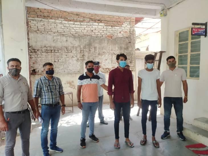 અમદાવાદમાં લાલદરવાજા પાસે રાત્રિ કર્ફ્યૂ દરમિયાન પોલીસકર્મી પર એક્ટિવા ચડાવી ફરાર થયેલા બે શખ્સો ઝડપાયા|અમદાવાદ,Ahmedabad - Divya Bhaskar