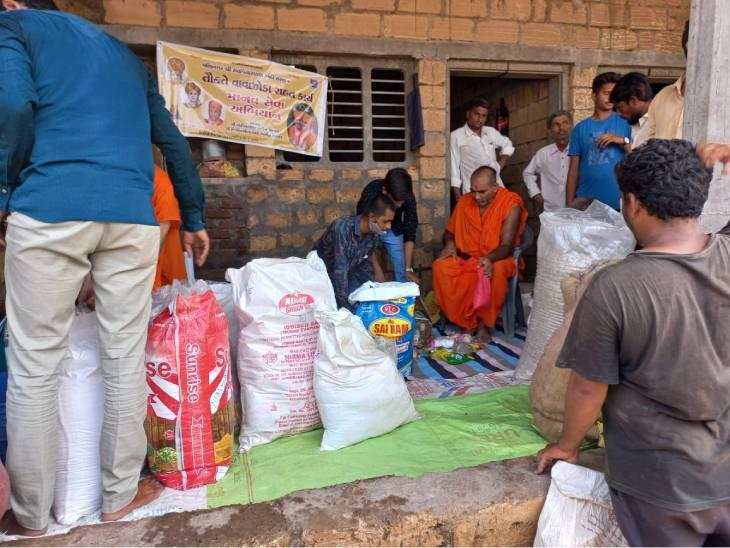 વાવાઝોડાથી અસરગ્રસ્ત પરિવારોને સ્વામિનારાયણ ગાદી સંસ્થાને રાશનકીટનું વિતરણ કર્યું - Divya Bhaskar