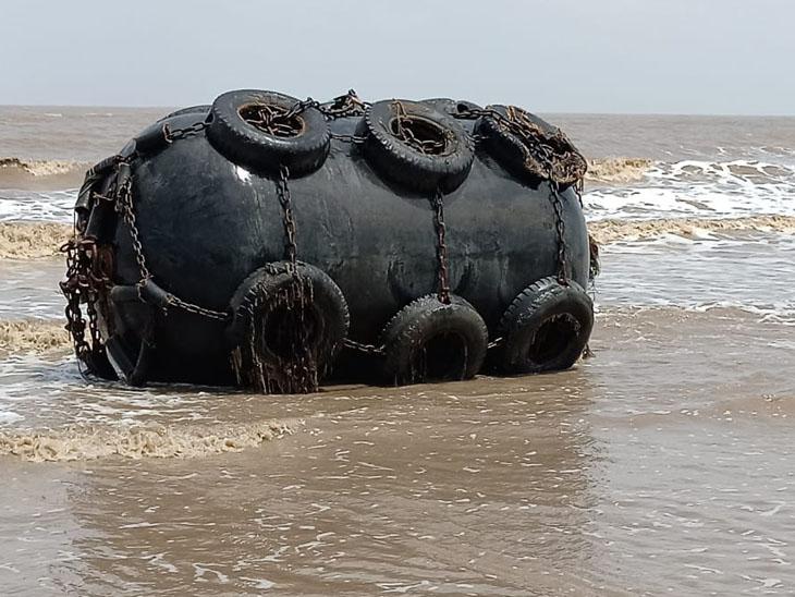 મરોલી દરિયાઈ કિનારે P 305 બાર્જ જહાજની મોટી ટાંકી અને ગેસ સિલિન્ડર તણાઇ આવ્યા; નારગોલ માલવણ બીચ પરથી વધુ એક લાઈફ જેકેટ મળી આવ્યું|ઉમરગામ,Umbergaon - Divya Bhaskar
