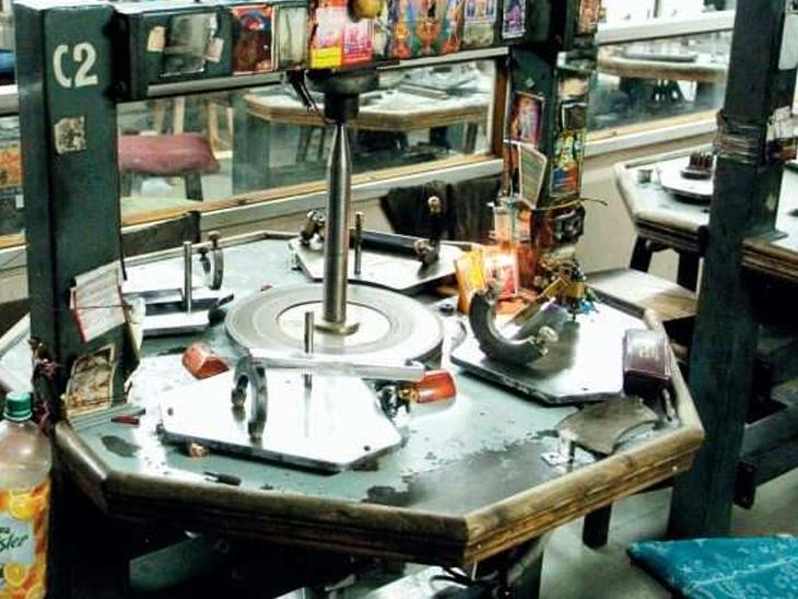 હીરામાં તેજી પણ ત્રણ લાખ રત્નકલાકારો ગામડેથી પાછા ન આવતા ઉત્પાદનને ફટકો સુરત,Surat - Divya Bhaskar