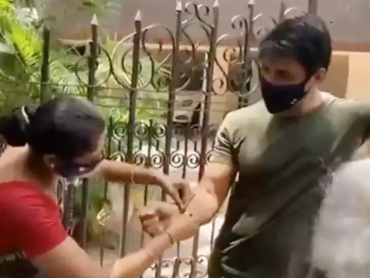 મહિલા રાખડી બાંધ્યા બાદ સોનુ સૂદના પગે લાગવા લાગી, એક્ટરે સામે બે હાથ જોડ્યા બોલિવૂડ,Bollywood - Divya Bhaskar