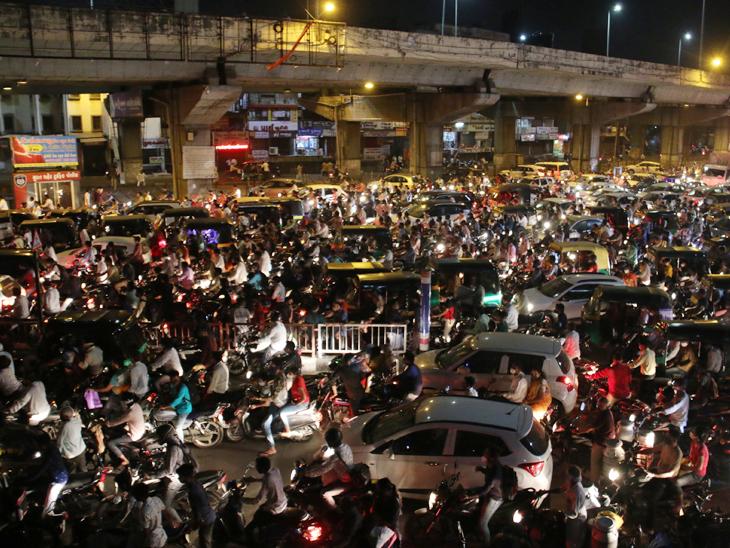 રાત્રે આઠ વાગ્યે કર્ફ્યુની અમલવારી કરાવતી પોલીસ સાંજે 6થી 8માં હીરાના કારખાના એકસાથે છૂટે ત્યારે ટ્રાફિક નિયમન માટે દેખાતી જ નથી સુરત,Surat - Divya Bhaskar