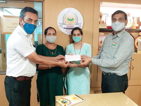 સહાય માટે રકમ અર્પણ કરતા મિત્તલબેન અને દક્ષિતાબેન. - Divya Bhaskar