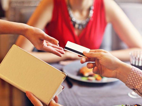 ગર્લફ્રેન્ડને ઈમ્પ્રેસ કરવા માટે યુવકે મહિલા વેઈટરને ₹7200ની ટિપ આપી, યુવકે ટિપ પરત લઈ લીધી તો વેઈટરે તેની ગર્લફ્રેન્ડ સામે જ ભાંડો ફોડ્યો|લાઇફસ્ટાઇલ,Lifestyle - Divya Bhaskar