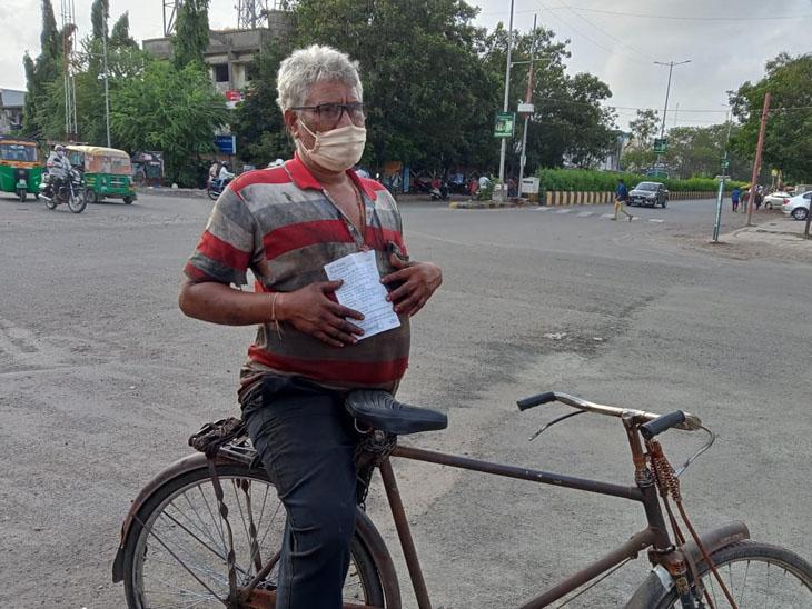 રોંગ સાઈડ સાઇકલ ચલાવતા આધેડને પોલીસે મેમો પકડાવ્યો, રૂ.100નો દંડ ભરવા હવે કોર્ટમાં જવું પડશે સુરત,Surat - Divya Bhaskar