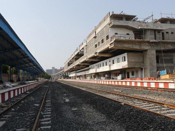 સાબરમતી બોટાદ રેલવે રૂટ પર ગાંધીગ્રામ ખાતે ગુજરાત મેટ્રો રેલ કોર્પોરેશન દ્વારા રેલવે તેમજ મેટ્રો સ્ટેશન માટે ઇન્ટિગ્રેટેડ બિલ્ડિંગ તૈયાર થઈ રહ્યું છે. જે શહેરી સાથે ગ્રામીણ પેસેન્જરોને જોડતું શહેરનું મુખ્ય સ્ટેશન બનશે. - Divya Bhaskar