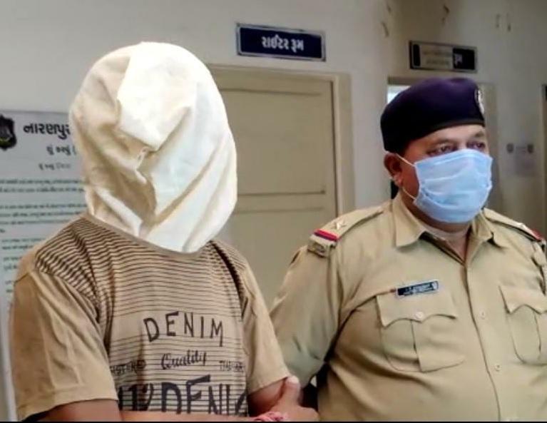 પોલીસકર્મી સાથે પકડાયેલા આરોપીની તસવીર - Divya Bhaskar