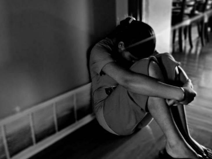 અડધી રાત્રે યુવક સગીરાને શારીરિક અડપલાં કરવા ઘરની બહાર બોલાવતો હતો. - Divya Bhaskar