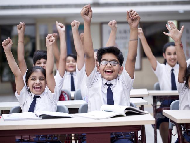 અમદાવાદના શાળા-સંચાલકોએ કોરોનામાં માતા-પિતા ગુમાવનારા વિદ્યાર્થીઓની ફી બે વર્ષ માટે ન લેવાનો નિર્ણય કર્યો|ઓરિજિનલ,DvB Original - Divya Bhaskar